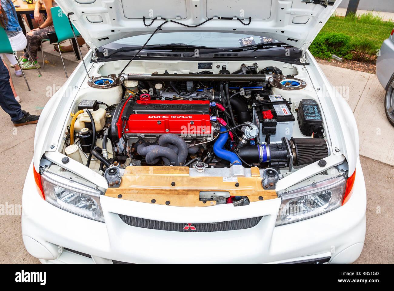 Samara, Russland - 19. Mai 2018: Getunten turbo Auto Motor von Mitsubishi Fahrzeug, unter der Haube des Fahrzeugs Stockbild