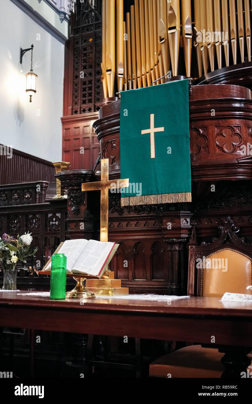 Innenraum Der Evangelischen Kirche Altar Mit Goldenem Kreuz