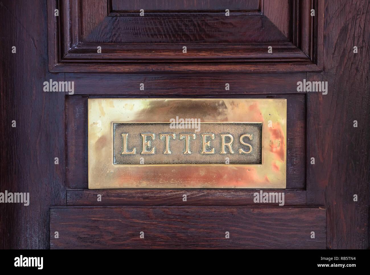 Bronze Mailbox. Messing Briefkasten Platte auf einer hölzernen Tür, Text schreiben. Detailansicht mit Details Stockbild