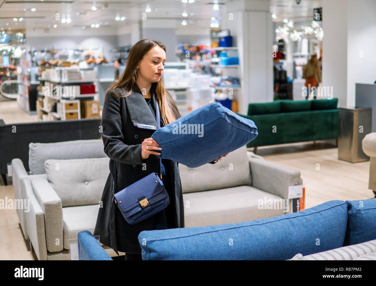 f2196591aaf00d Kunden Frau neue Möbel kaufen - Sofa oder Couch in einem Geschäft Stockbild