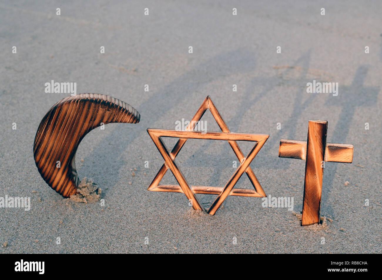 Symbole interreligieux. Christentum, Islam, Judentum, monotheistischen Religionen. Jüdische Stern, Kreuz und Halbmond: Interreligiöses Symbole. Stockbild