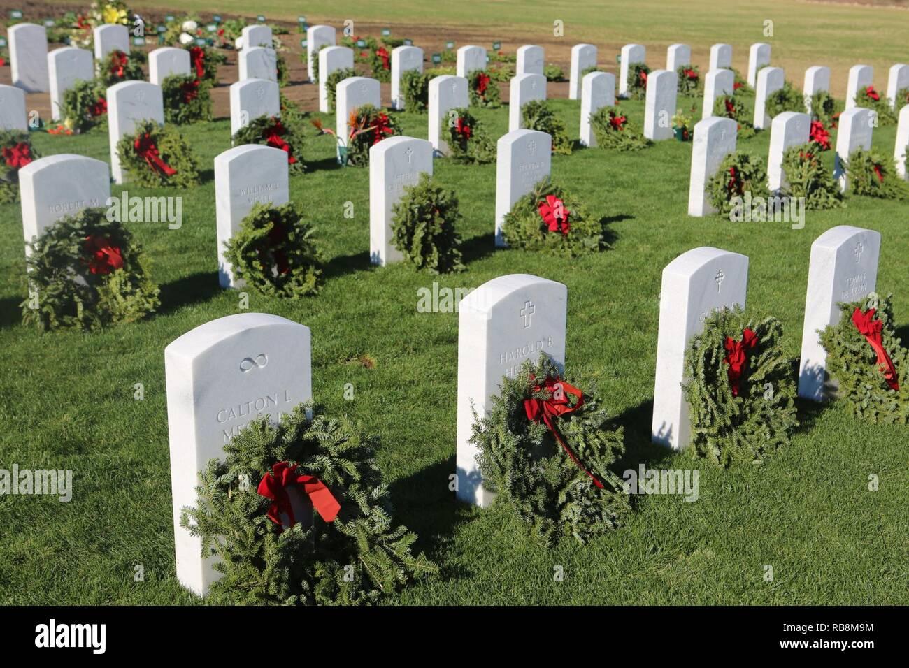 Kränze lag zu den Grundsteinen der Service Mitglieder nach einem Kränze Aross Amerika Zeremonie im Miramar National Cemetery, San Diego, Calif., Dez. 17. Durch Kränze in Amerika, mehr als 1,2 Millionen Kränze wurden in 1.228 Friedhöfe über dem Land. Die Mission der Kränze in ganz Amerika ist unsere gefallenen US-Soldaten, die Ehre wer dient und neue Generationen über den Wert der Freiheit lehren durch den Dienst und Opfer der Veteranen zu erinnern. Stockfoto