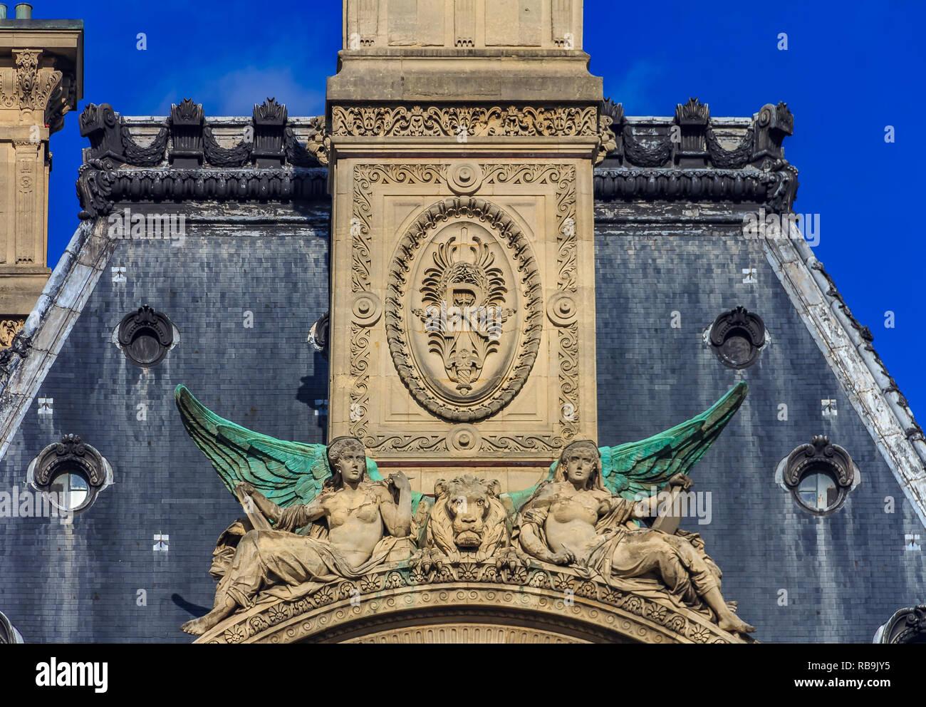 Prachtvolle barocke Skulpturen und Reliefs auf dem Giebel des Daches ...