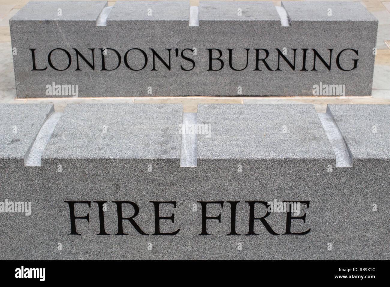 Die Schritte neben dem London Denkmal für den großen Brand von London. Stockbild