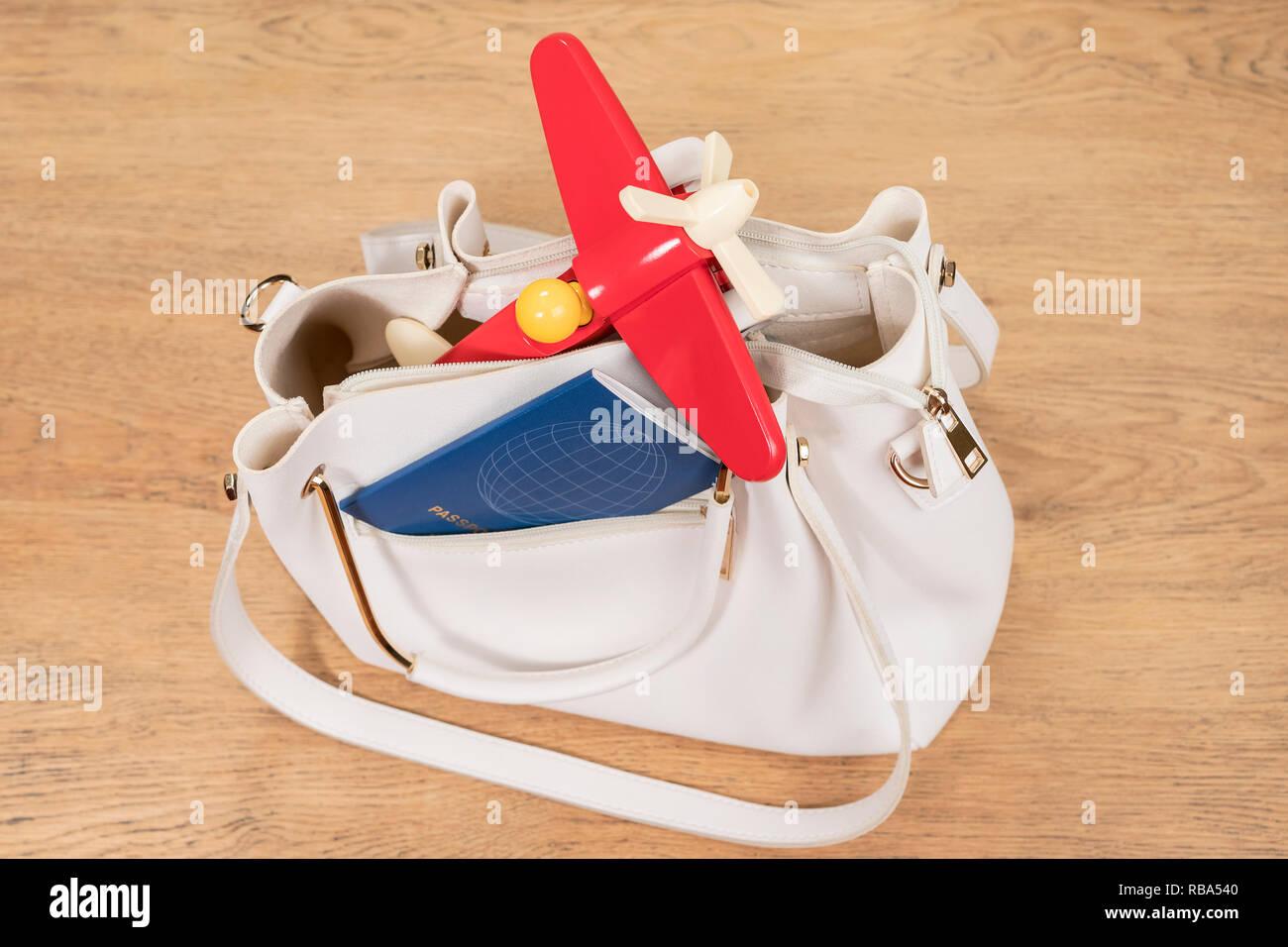 big sale d6885 2157e Rotes Flugzeug und blauen Paß in der Tasche eines weißen ...
