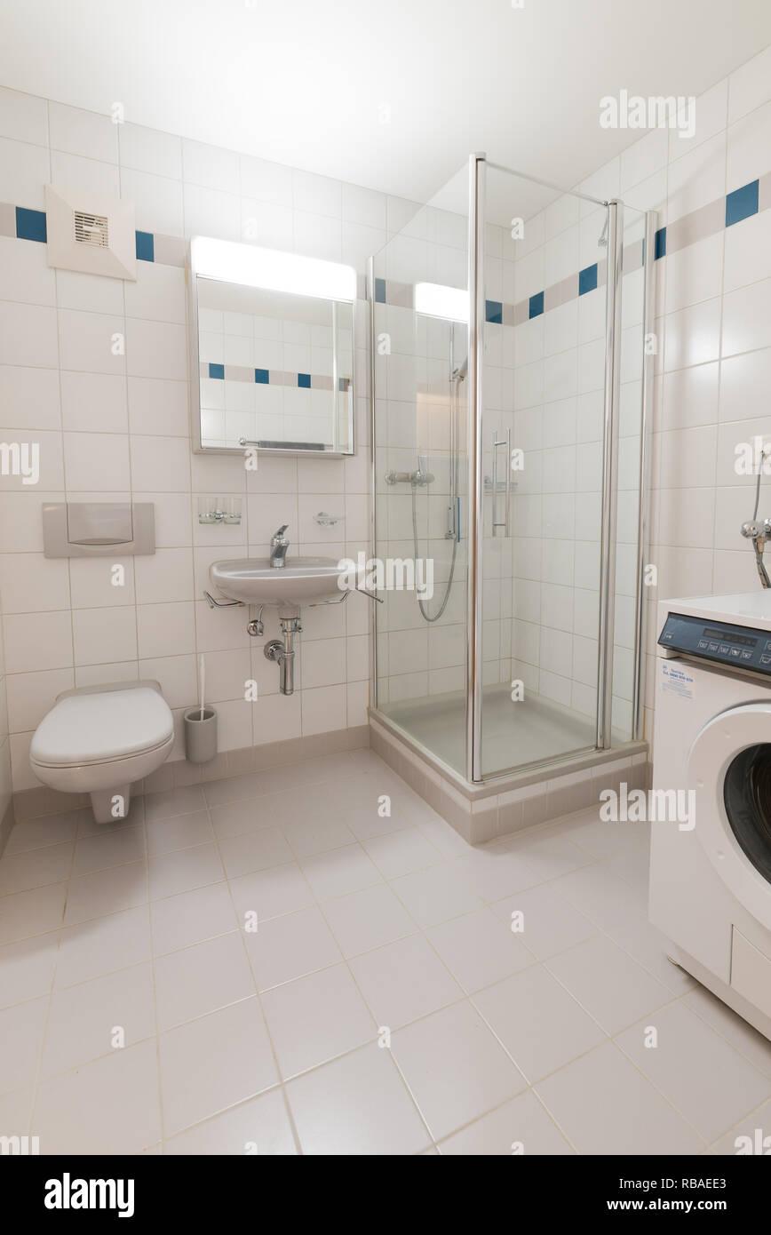 Modernes Badezimmer in einem leeren und renovierte Apartment ...