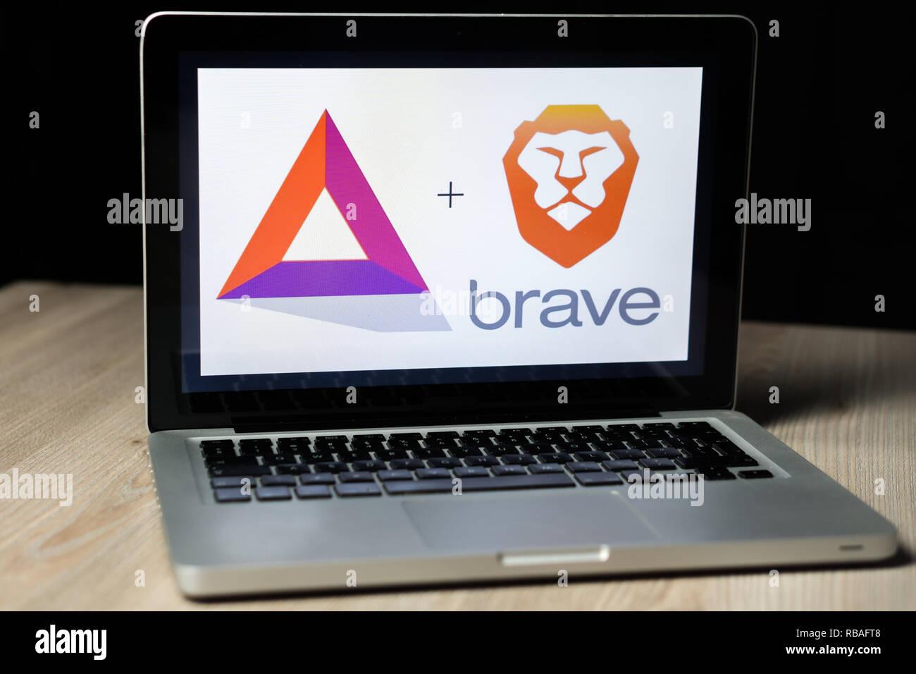 BAT cryptocurrency und Tapferen browser Logo auf einem Laptop Bildschirm, Slowenien - Dezember 23th, 2018 Stockbild