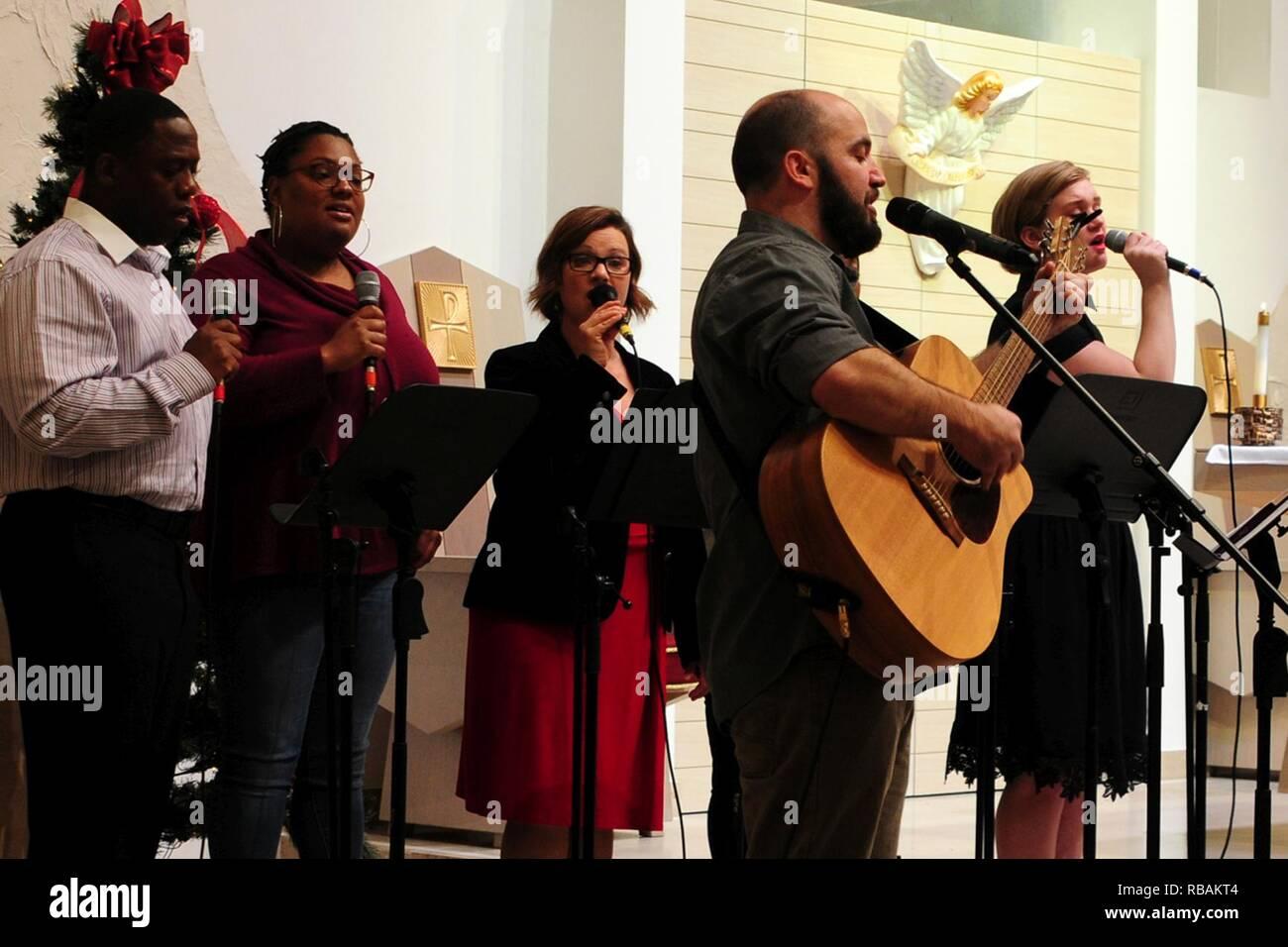 Kirchen Weihnachtslieder.Ein Chor Singt Weihnachtslieder Während Weihnachten Service Am