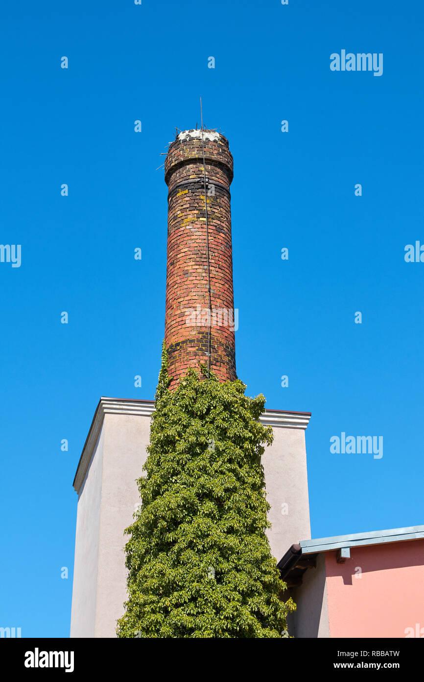 Alten gemauerten Schornstein gegen die blauen wolkenlosen Himmel. Stockbild