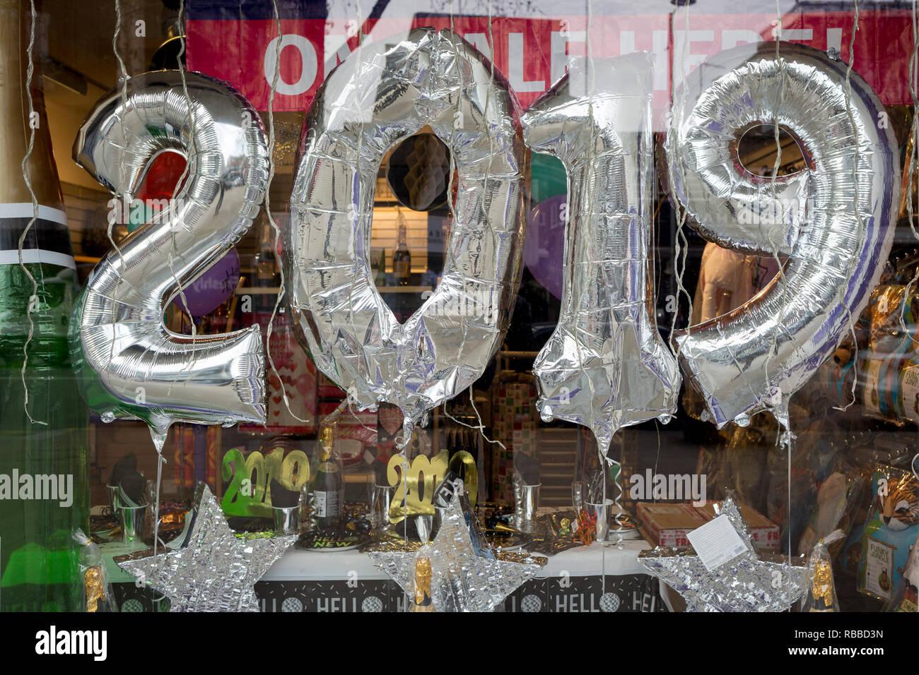 2019 Luftballons auf Anzeige in einer Partei Shop auf der Kensington High Street, am 6. Januar 2019 in London, Großbritannien Stockbild