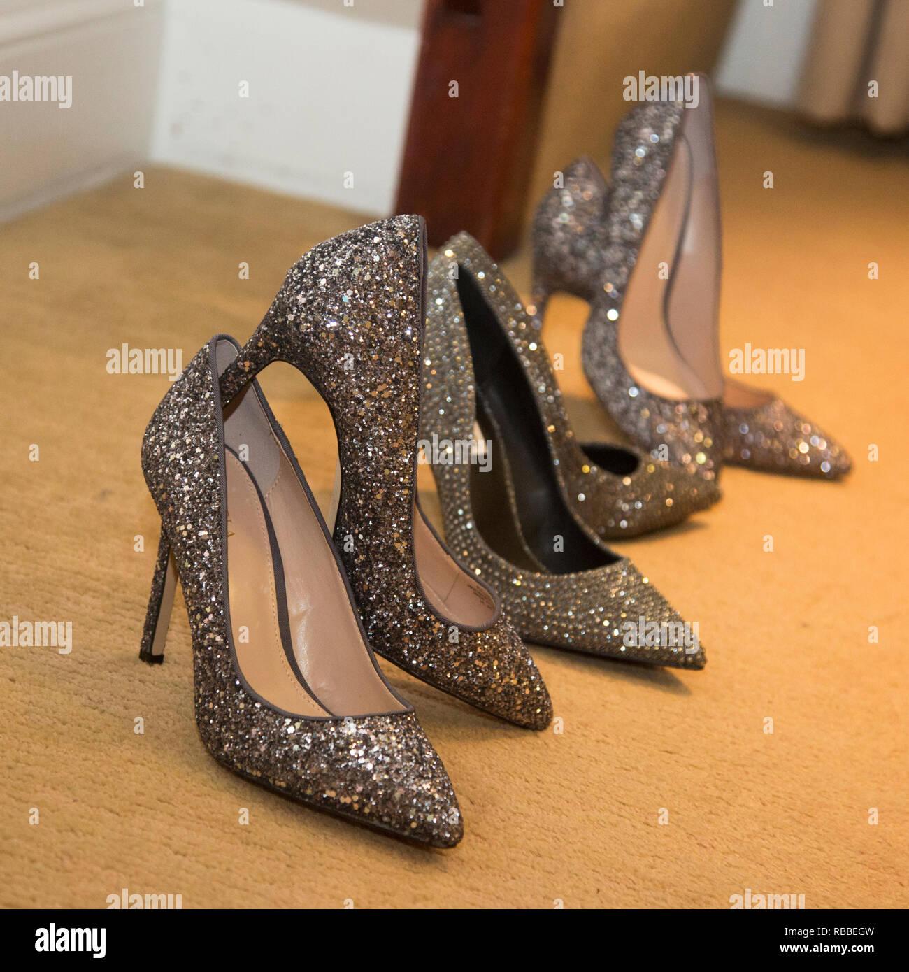 a83cd5fc0678 Bräute Schuhe mit brautjungfern Schuhe aufgereiht und wartet auf eine  Hochzeit getragen zu werden, Schwarz