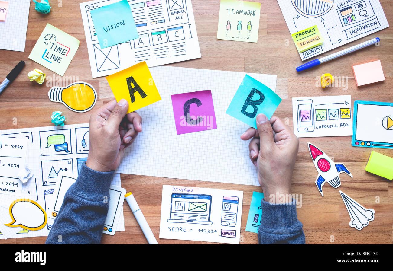 Entscheidung Konzepte mit Marketing Unterlagen auf dem Schreibtisch Tisch. Geschäft on-line-Strategie Bilder Ideen Stockbild