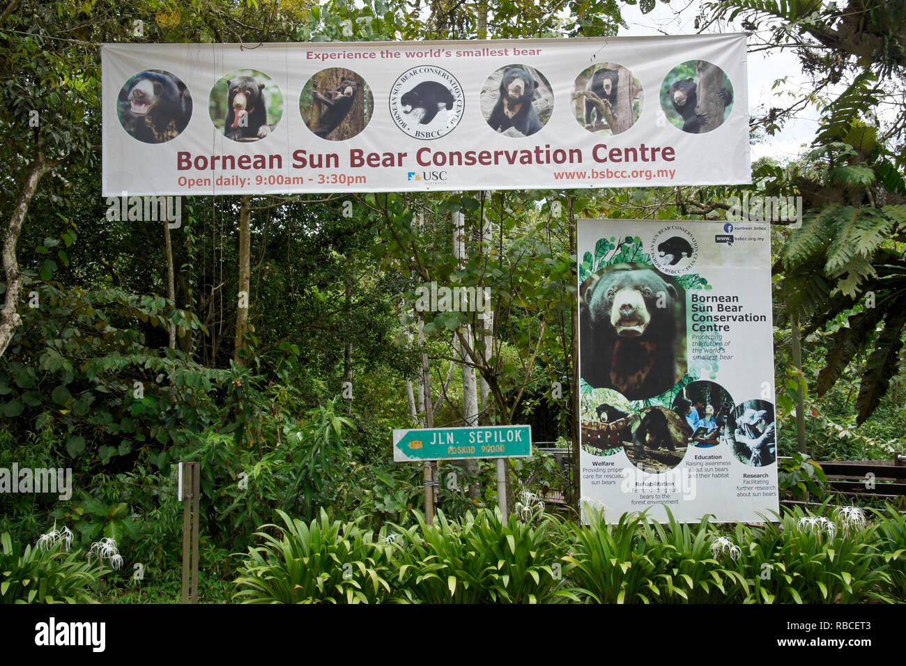 Banner und Schild am Eingang der Bornesischen Sun Bear Conservation Centre, Sandakan, Sabah (Borneo), Malaysia Stockfoto