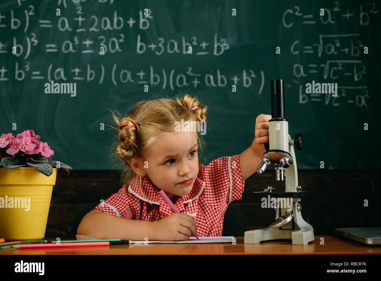 Kleines mädchen studieren in der biologie unterricht in der schule