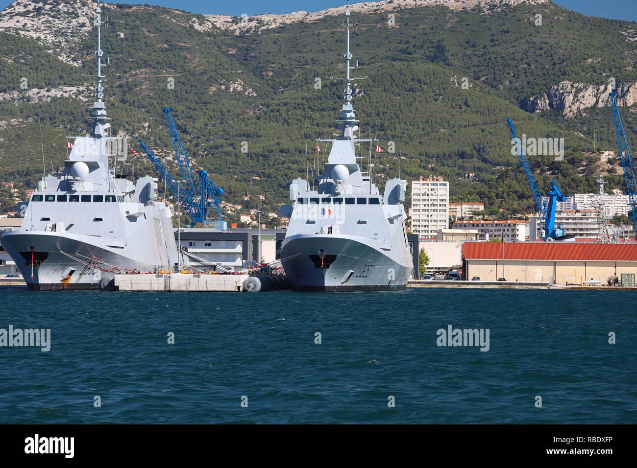 Die Fregatten Provence und Languedoc in der Französischen Marine Base am Hafen von Toulon, Frankreich angedockt. Stockbild
