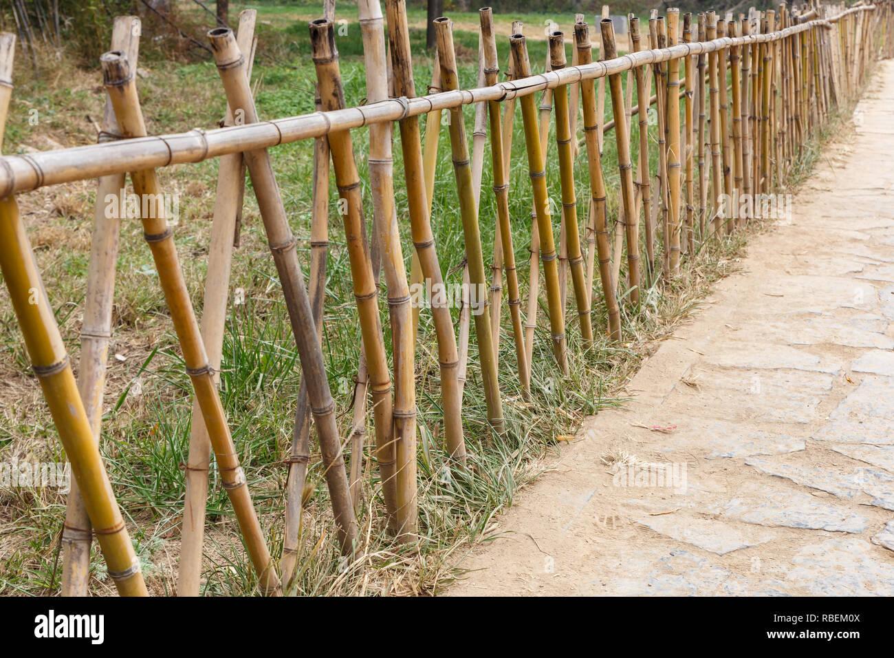 Bambus Zaun Entlang Ein Fussweg In Einem Park Stockfotografie Alamy