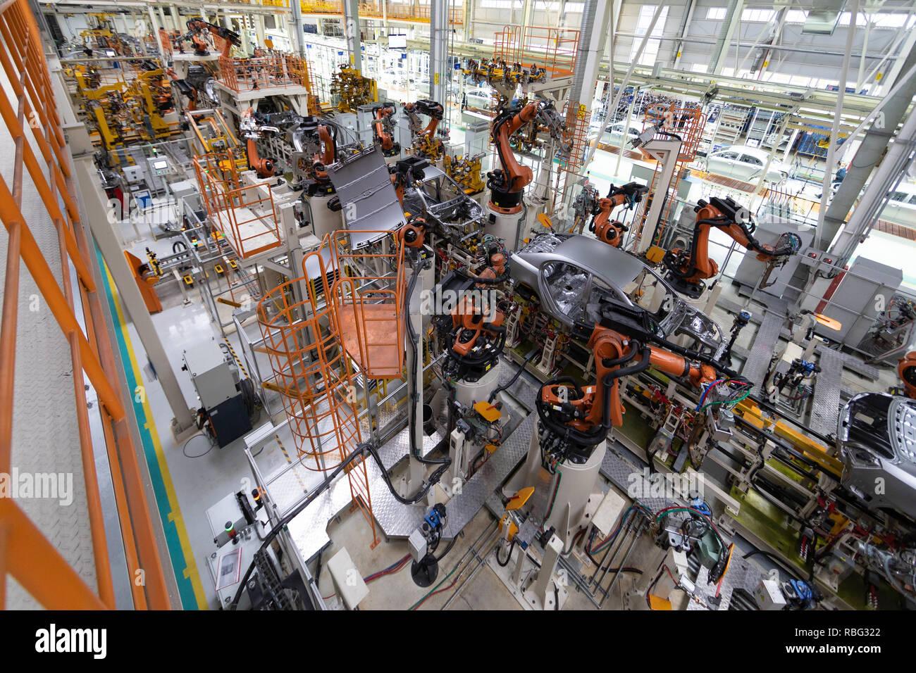 Körper von Auto auf Förderband Ansicht von oben. Moderne Montage der Autos an der Anlage. Die automatisierten Build-Prozess der Karosserie Stockbild