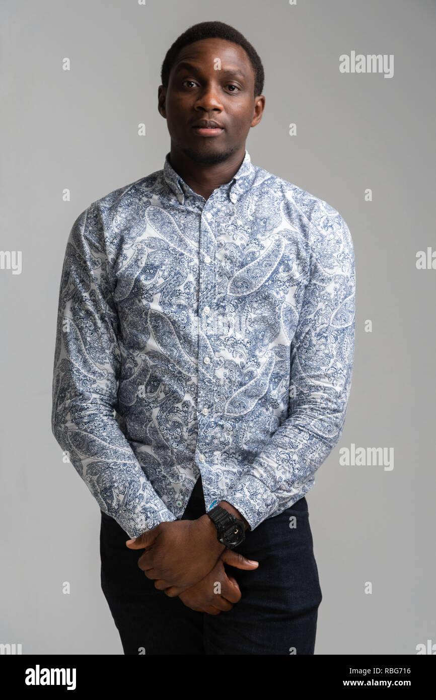 Drei Viertel der Länge Portrait von schwarzen jungen Mann auf weißem Hintergrund Stockbild