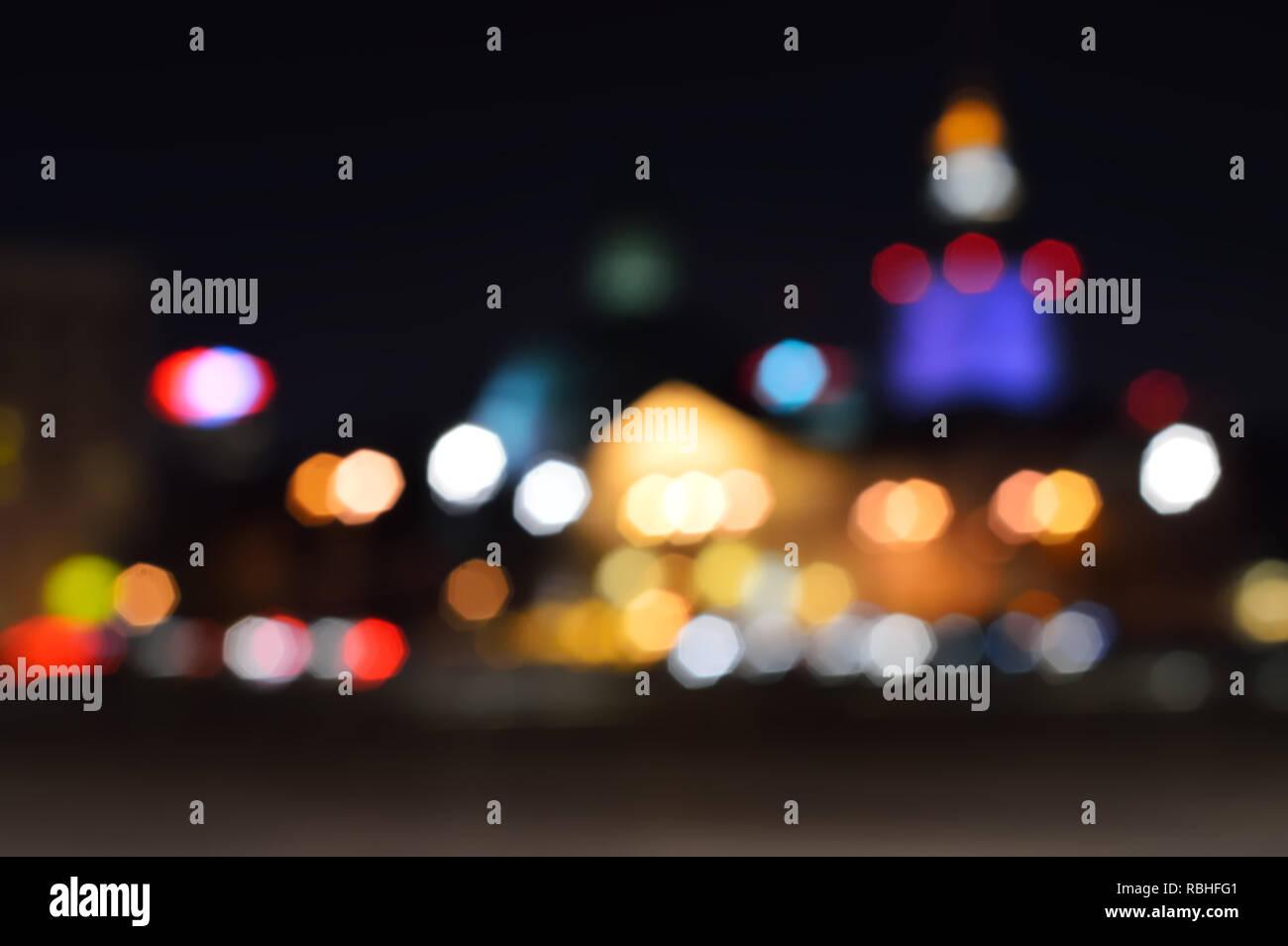 Blur lichter Stadtbild in der Nacht für einen Hintergrund. Bokeh defokussierten Nacht Lichter in einer Stadt, Warschau. Stockfoto