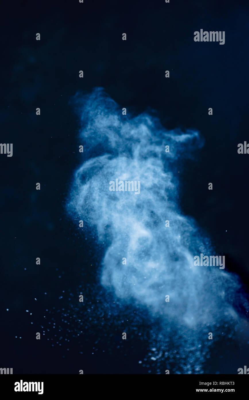 Mehl Pulverexplosion in Bewegung. Weizen Staub auf einem schwarzen Hintergrund. Aktion essen Fotografie. Stockbild