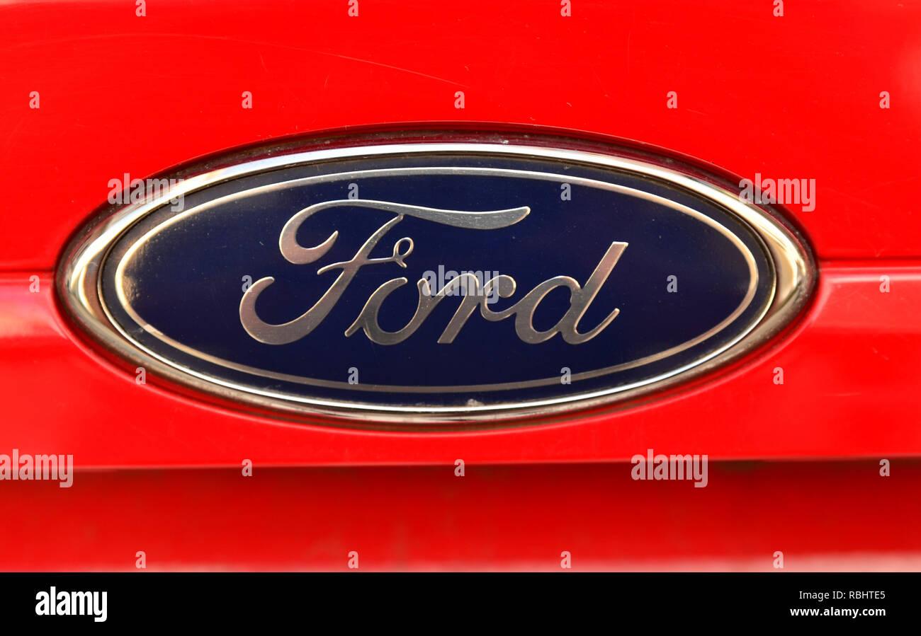 Turin, Piemont, Italien, Juli 2018. Nahaufnahme der Ford Logo einer rot 1.4 Gpl Fiesta. Stockbild