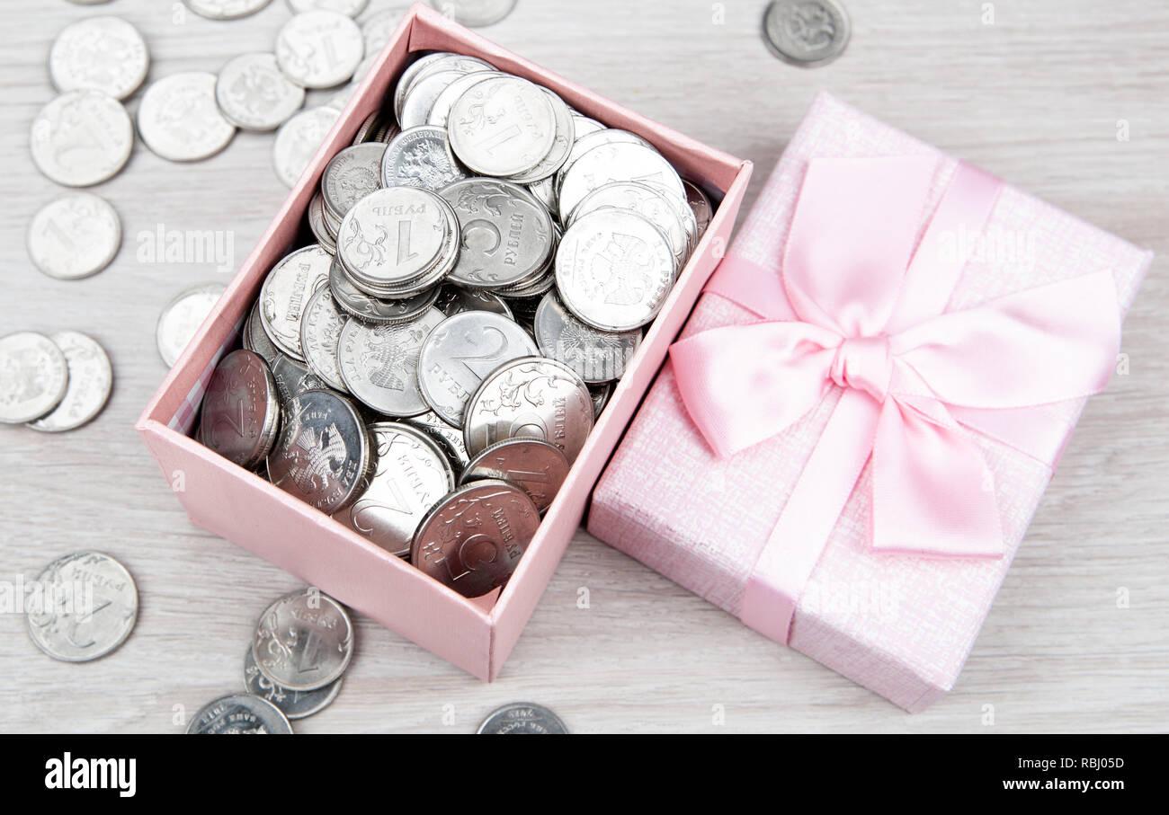 Öffnen rosa Geschenkkarton mit russischer Rubel Münzen, Ansicht von oben Stockfoto