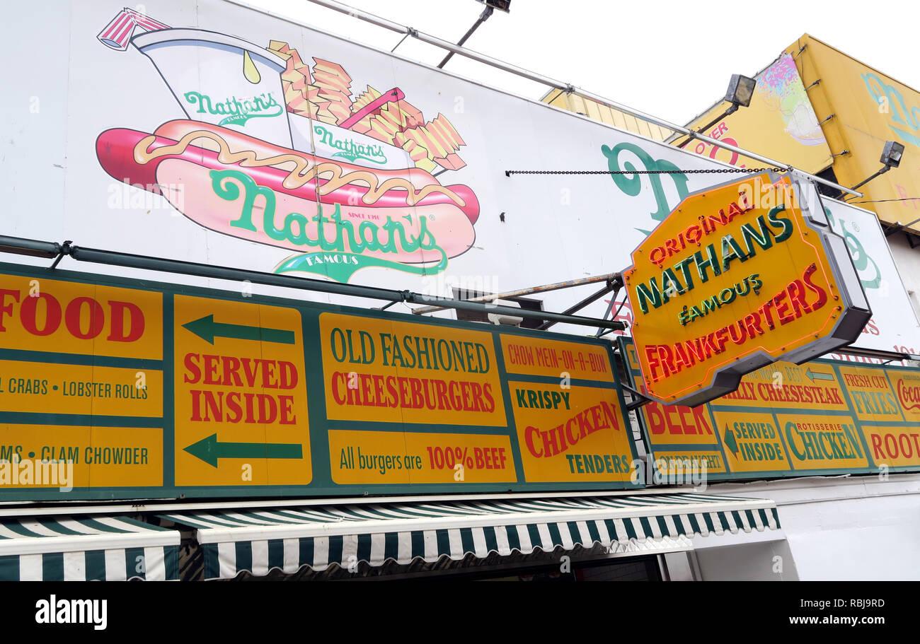 Nathans Handwerker berühmten Würstchen Frankfurter Original Restaurant, Deli, Fast Food, Coney Island, im Stadtbezirk Brooklyn, New York, NY, USA Stockfoto