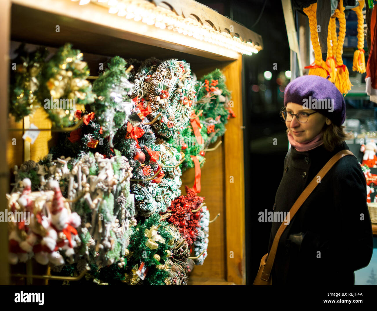 Der Weihnachten.Schöne Französische Frau Bekleidet Und Trendige Mode Barett Hut Der