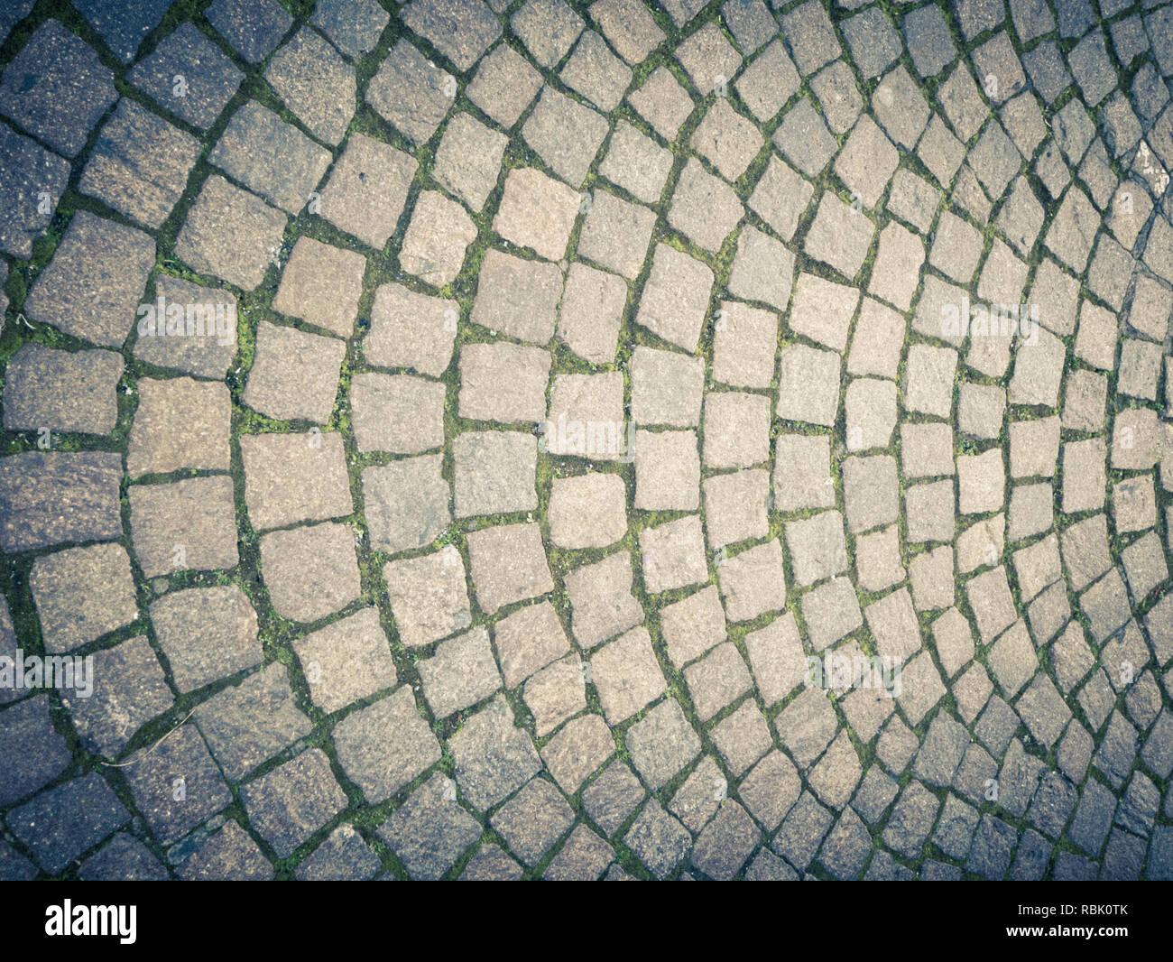 Alte Art von Straße Pflasterung, aus Lavastein Rechtecke mit einem harmonisch halbkreisförmige Struktur. Vertikale Ansicht Stockbild
