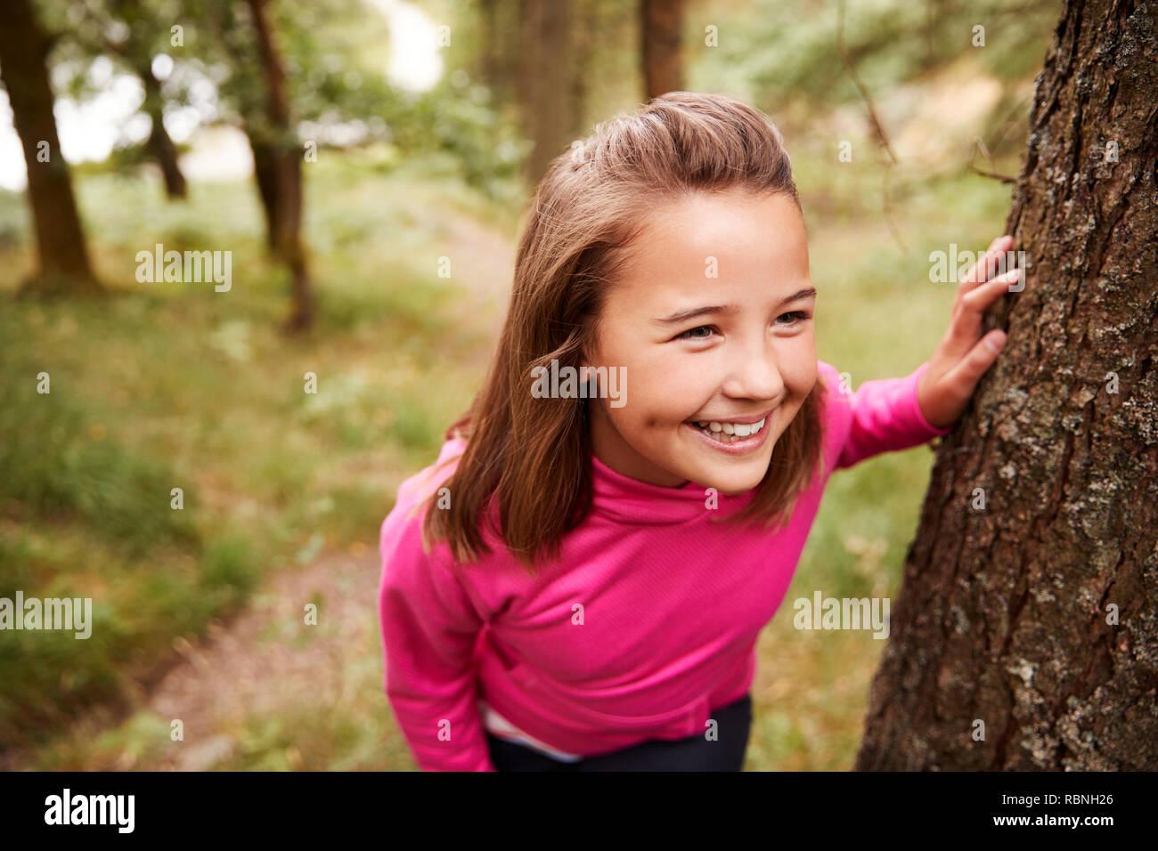 Vor - jugendlich Mädchen eine Pause lehnte sich auf Baum während einer Wanderung im Wald, Erhöhte Ansicht, in der Nähe Stockbild