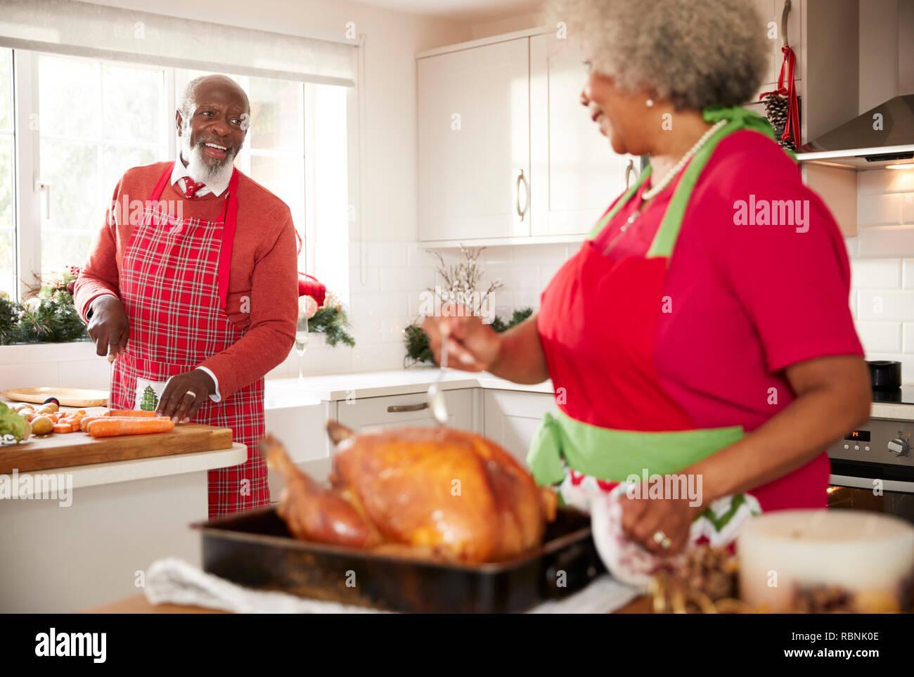 Weihnachtsessen Zum Vorbereiten.ältere Schwarze Frau Vorbereiten Eines Truthahn Für Das