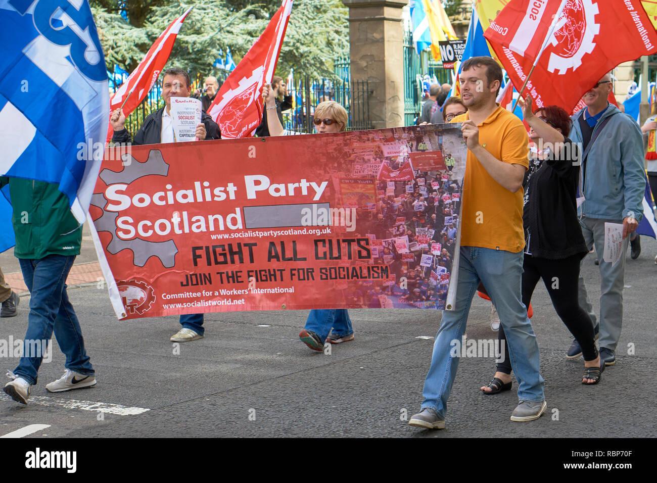 März für die schottische Unabhängigkeit, Dundee, Schottland. 18. August 2018. Sozialistische Partei Schottland Fahne. Stockbild