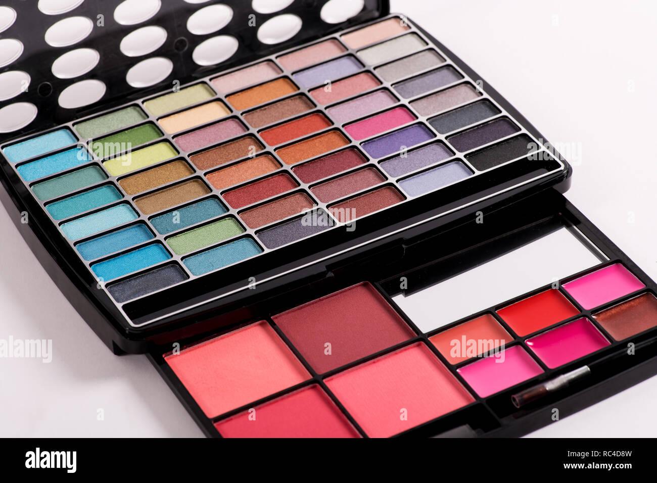 Dekorative Kosmetik, Eye Shadow Makeup in professionellen schwarz Haltersatz, in enger gesehen - von hohen Winkel, auf weißem Hintergrund Stockbild