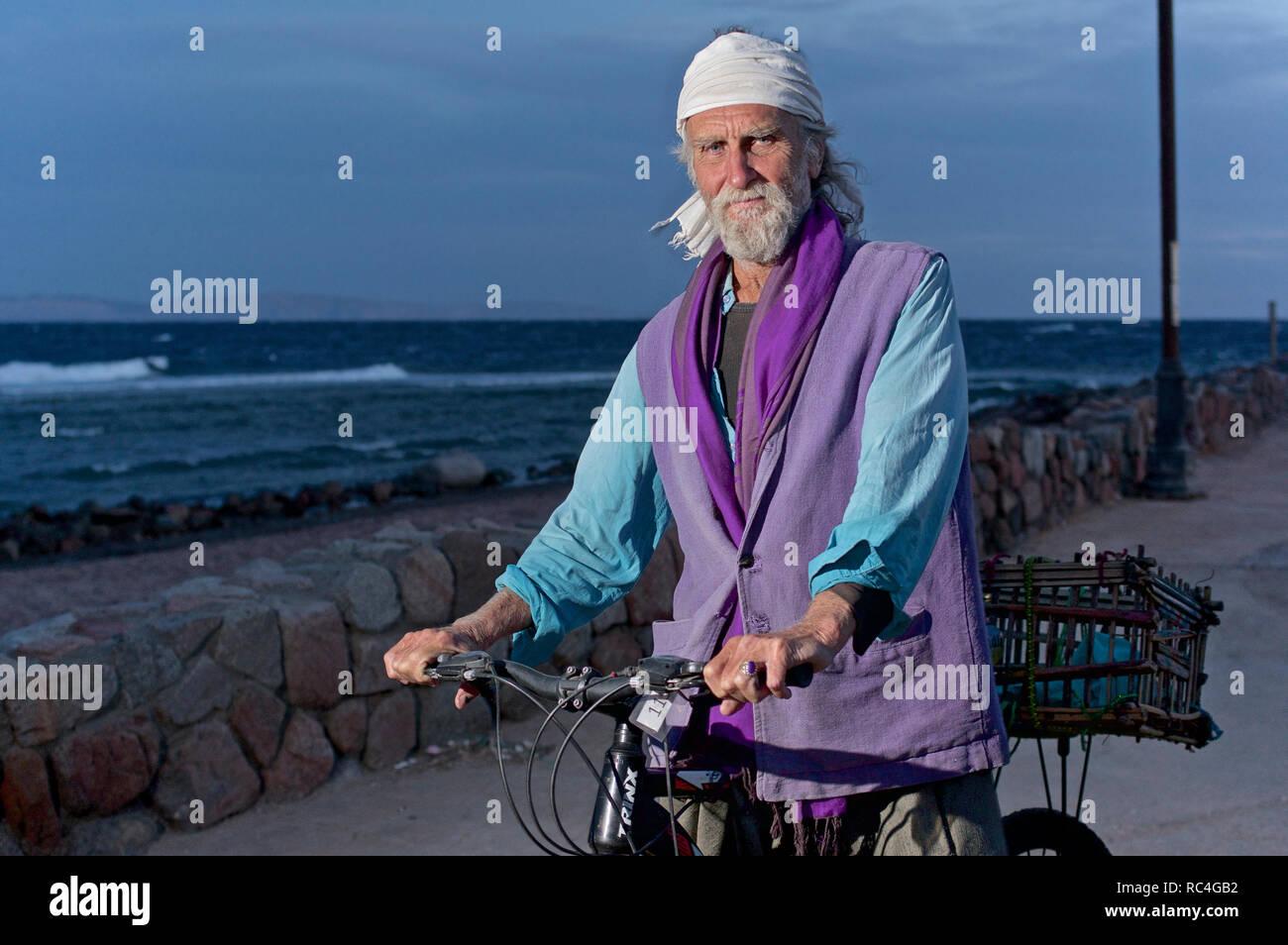 Alternde mann Hippie auf einem Fahrrad Stockbild