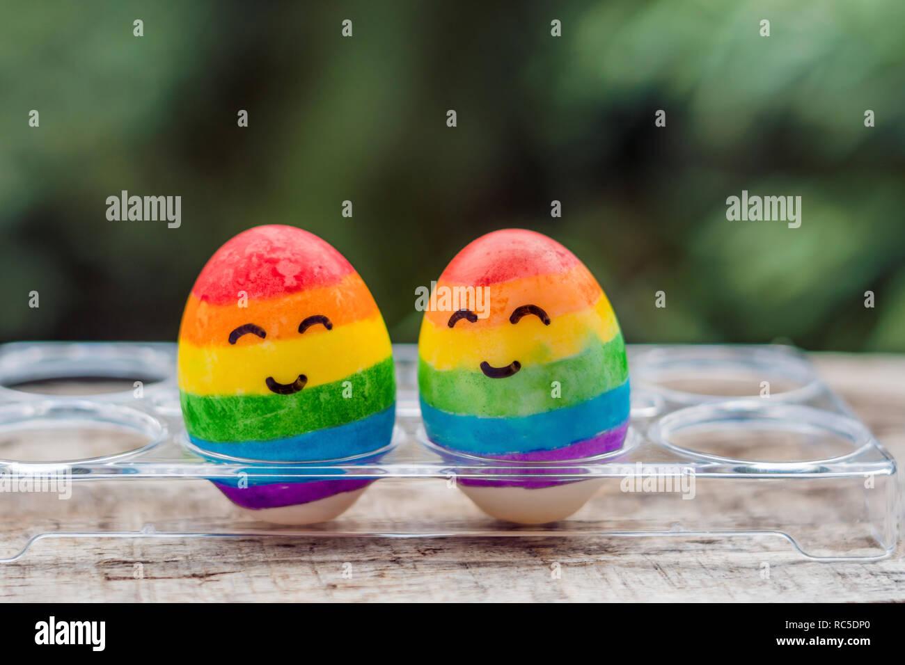 Zwei Eier werden in den Farben des Regenbogens gefärbt als Kennzeichen von  Schwulen und Lesben sowie