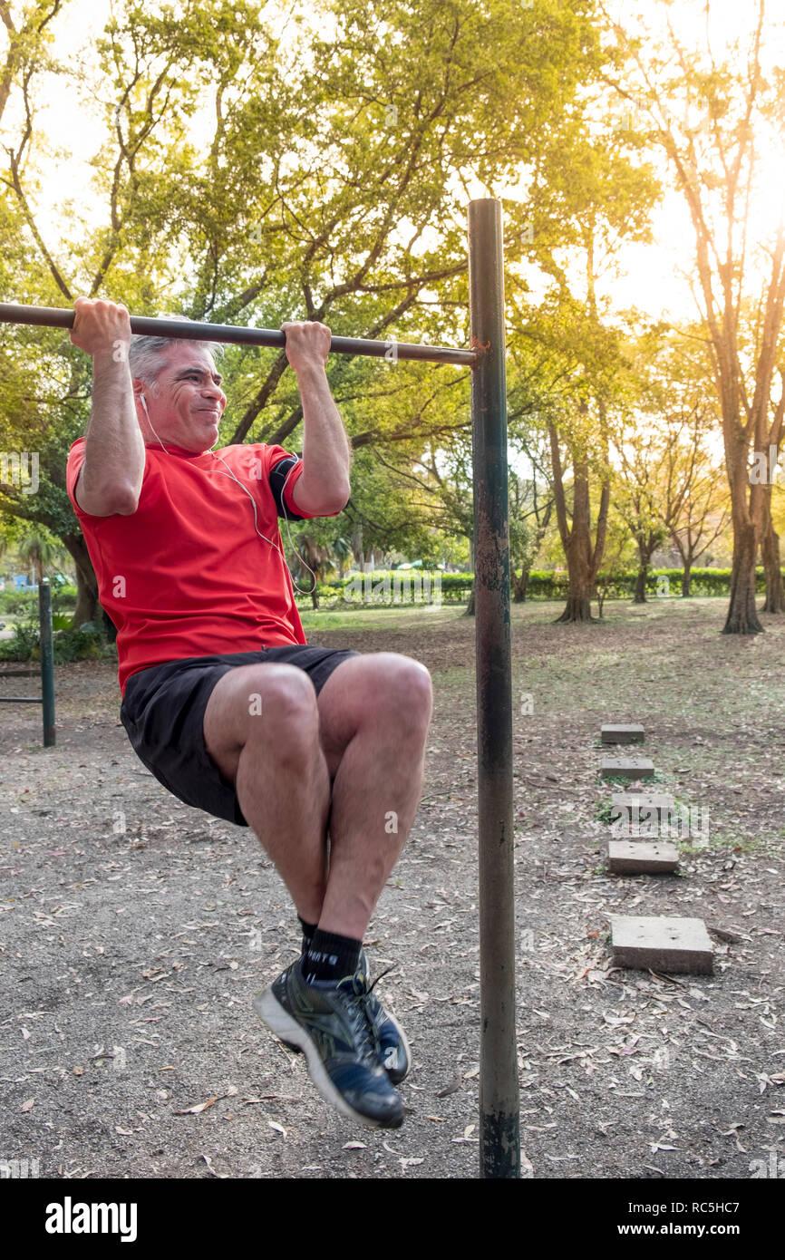 Ein im mittleren Alter Latino Mann Training in einem Park Stockbild