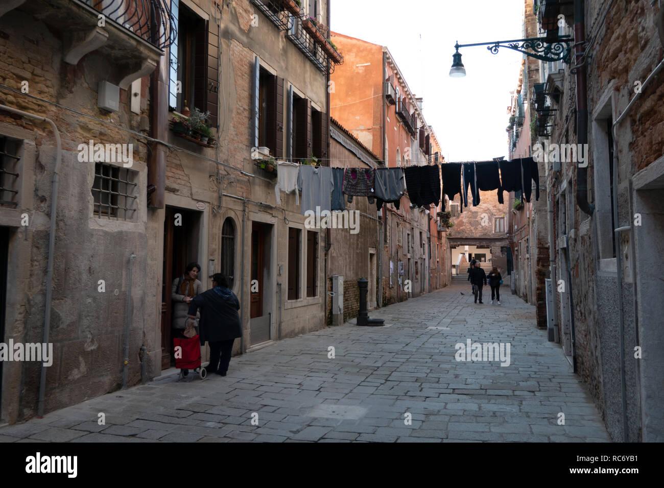 Anzeigen von Corte Nova in Venedig, Italien. Alltag in Venezia, Italia mit italienischen Frauen reden und alte Häuser Stockbild