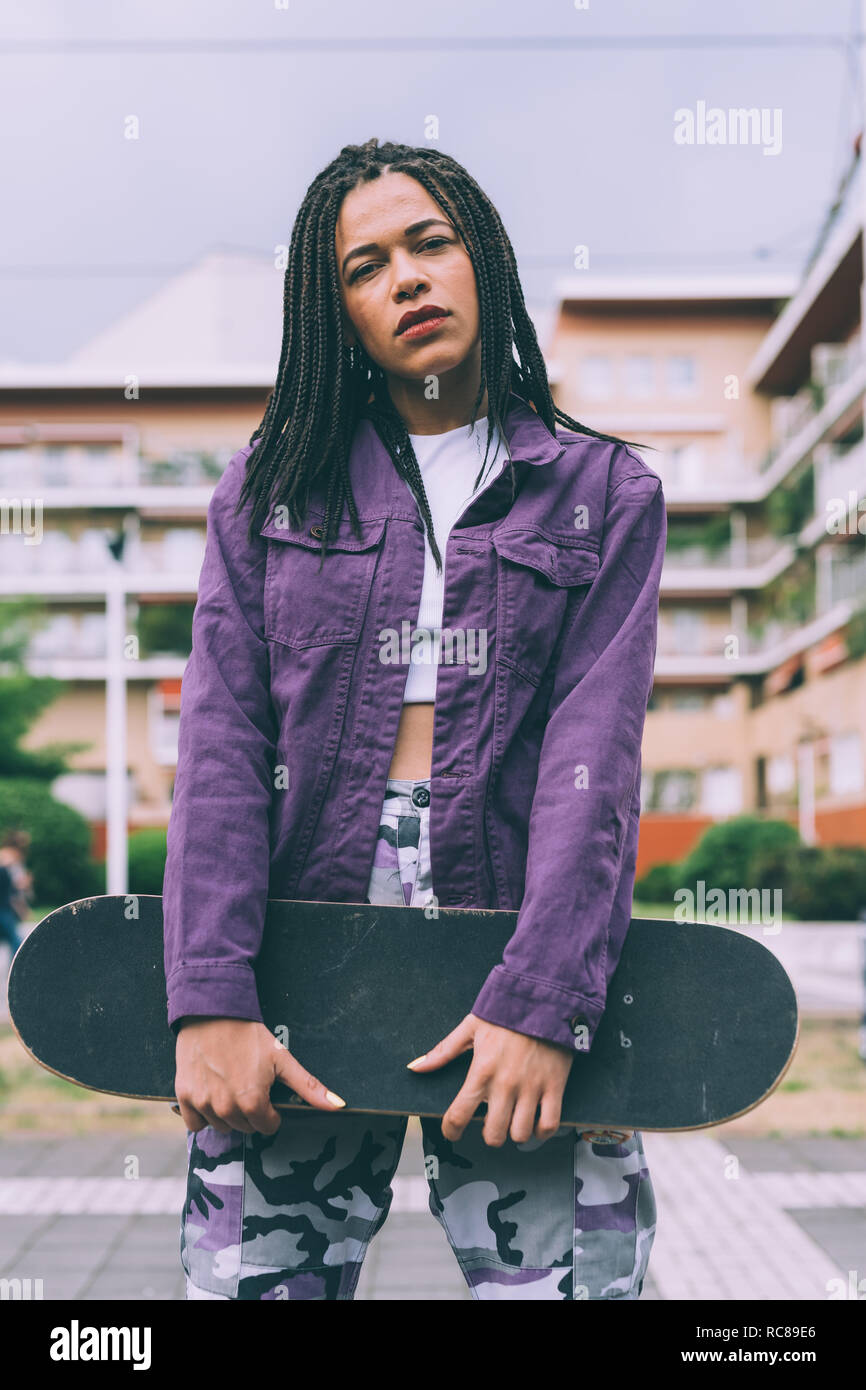 Frau mit Skateboard, Mailand, Italien Stockfoto