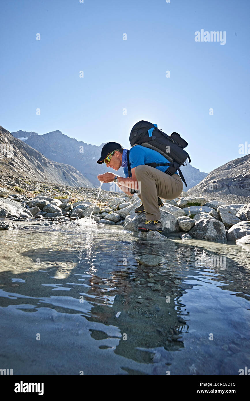 Wanderer das Trinken aus Pool, Mont Cervin, Matterhorn, Wallis, Schweiz Stockfoto