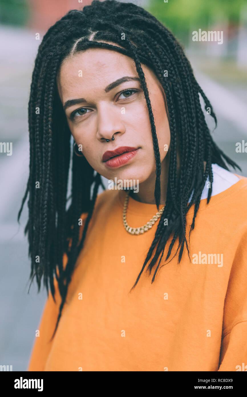 Portrait von Frau mit geflochtenem Frisur Stockfoto