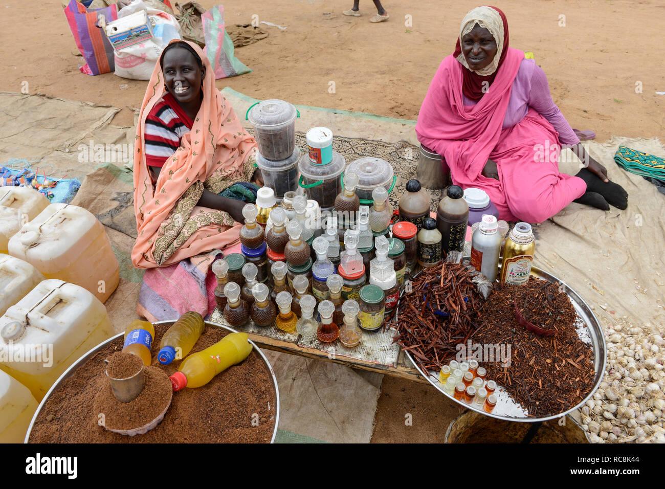 Tschad, Goz Beida, Markt, Frauen verkaufen Parfum, Duft und Essentials/TSCHAD, Goz Beida, Markt, dem Frauenbach Verkaufen Parfum und aetherische Oele Stockbild
