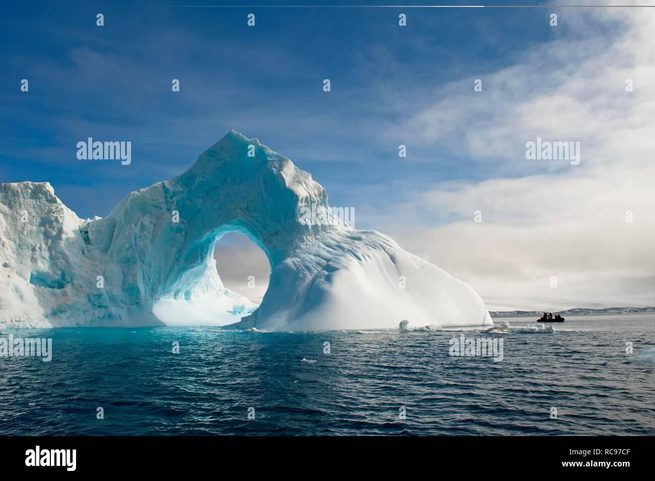 Natural Arch Carved in einem Eisberg, Antarktis, Sound, Antarktische Halbinsel, Antarktis Stockfoto