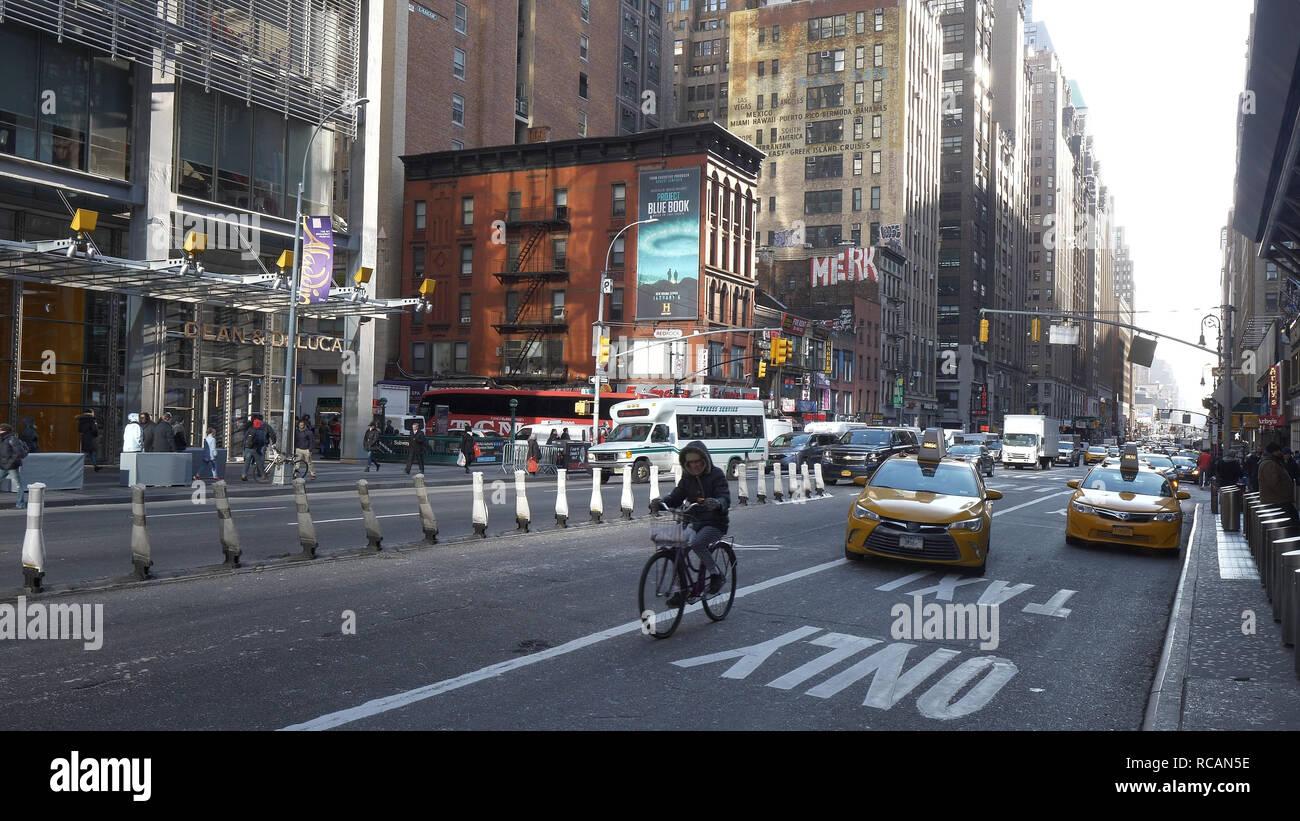 Typische Straße in Manhattan, an der 8th Avenue - NEW YORK/USA - Dezember 4, 2018 Stockfoto