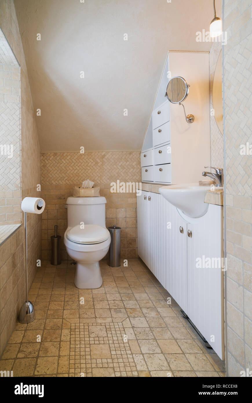 Badezimmer mit Fliesen aus Travertin auf dem oberen Boden in einem ...