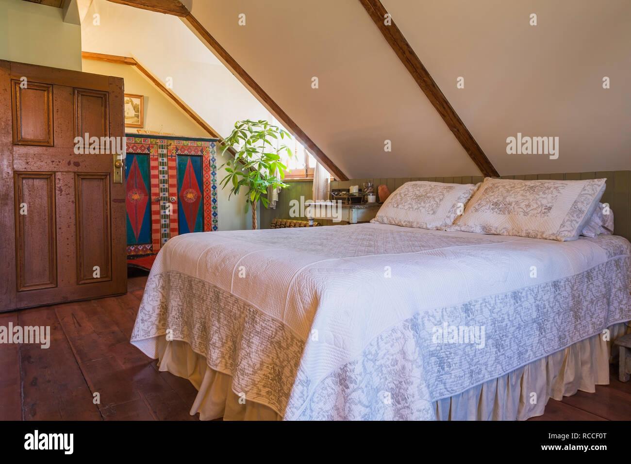 Schlafzimmer mit großem Pinienwald Dielen, Queensize-Bett ...