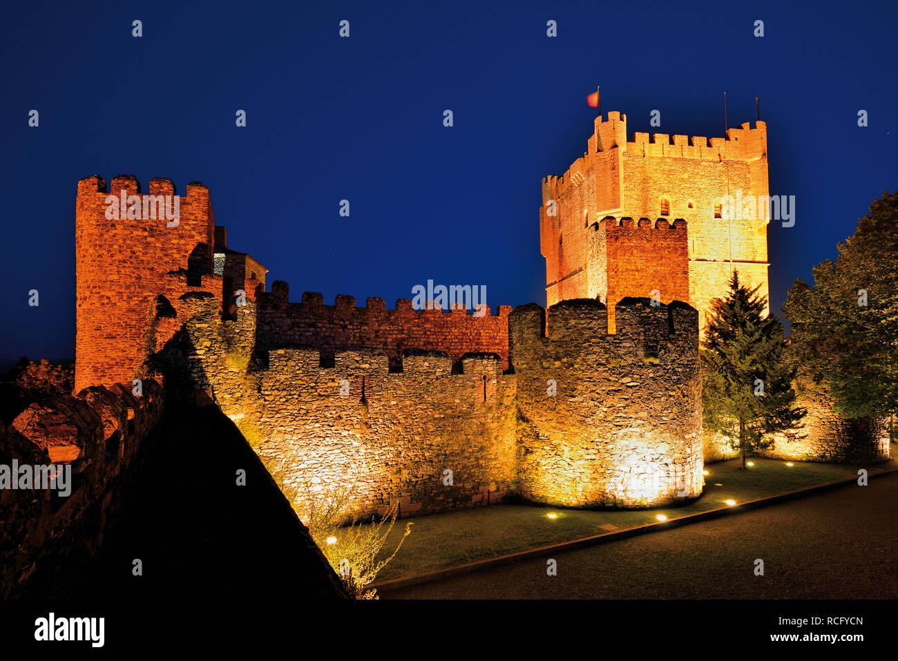Nächtliche Ansicht der mittelalterlichen Burg Stockfoto