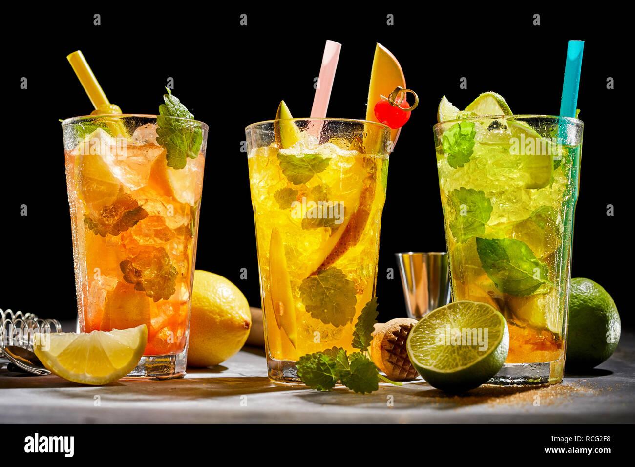 Verschiedene frische Früchte Cocktails gemischt mit Alkohol