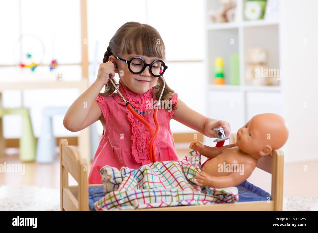 Portrait von glückliches Kind Mädchen 3 Jahre alt mit Brille ...