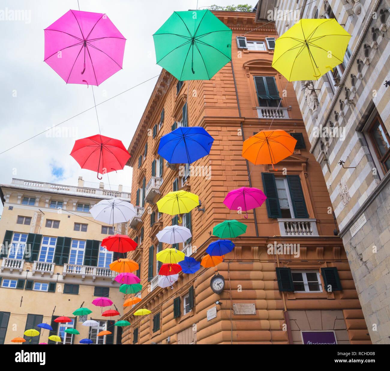 Bunte schwebende Schirme, Genua, Ligurien, Italien, Europa Stockbild