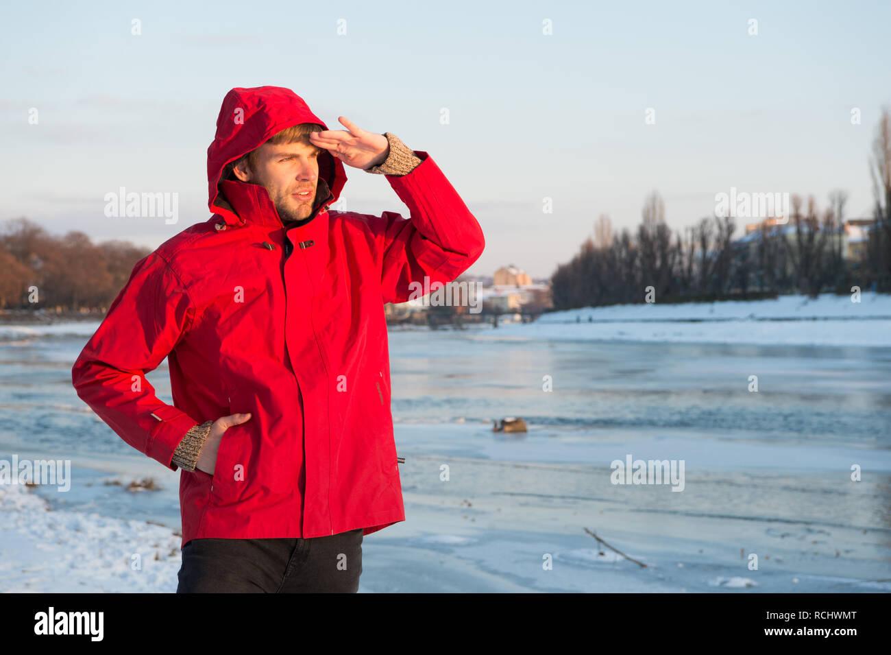 51e4f5000aed Guy tragen Jacke mit Kapuze auf frostigen Wintertag. Man bärtige stehen warme  Jacke verschneite Natur